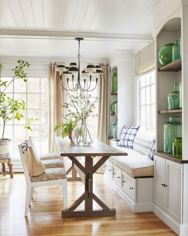 Летний дачный интерьер в кухне - студии с небольшим встроенным уголком