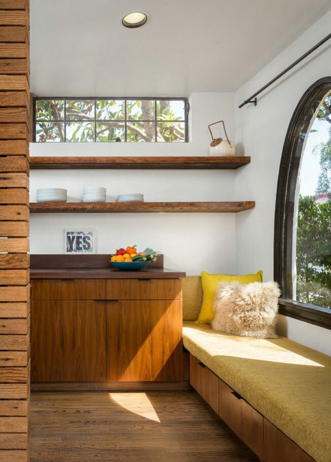 Кушетка в кухне у окна с выдвижными ящичками