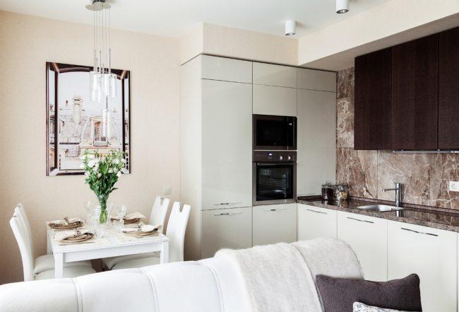 Для небольшой кухни отличным решением станет встроенная кухонная мебель, которую можно сделать даже на заказ - это поможет существенно сэкономить площадь