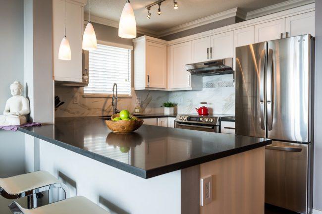 Визуально расширить помещение маленькой кухни вам помогут точечные яркие светильники, расположенные по периметру потолка, а также над навесными шкафчиками и полочками