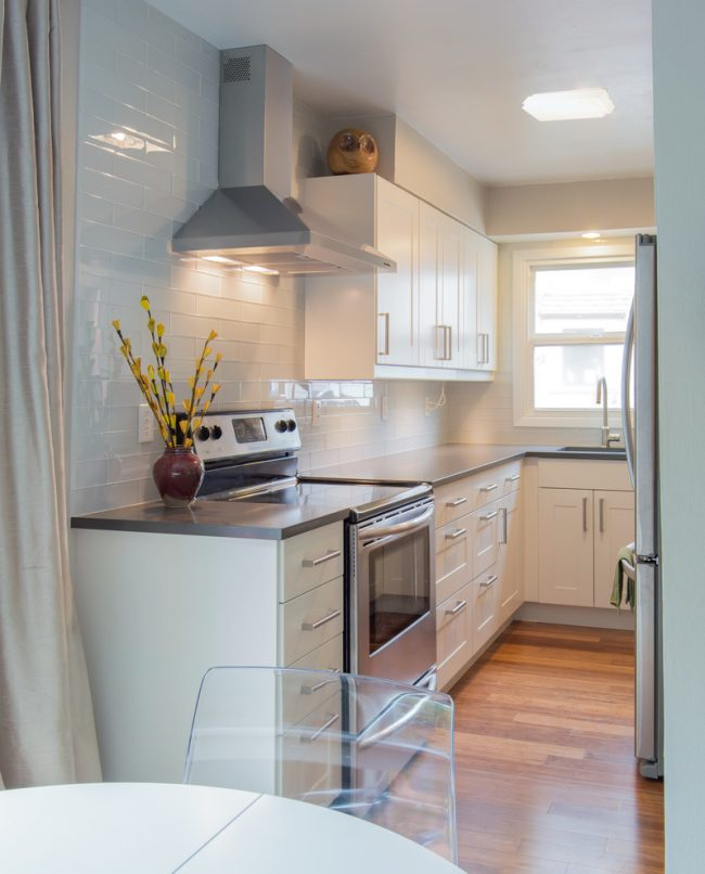 Современно и стильно на вашей кухне будут смотреться прозрачные стеклянные предметы и мебель