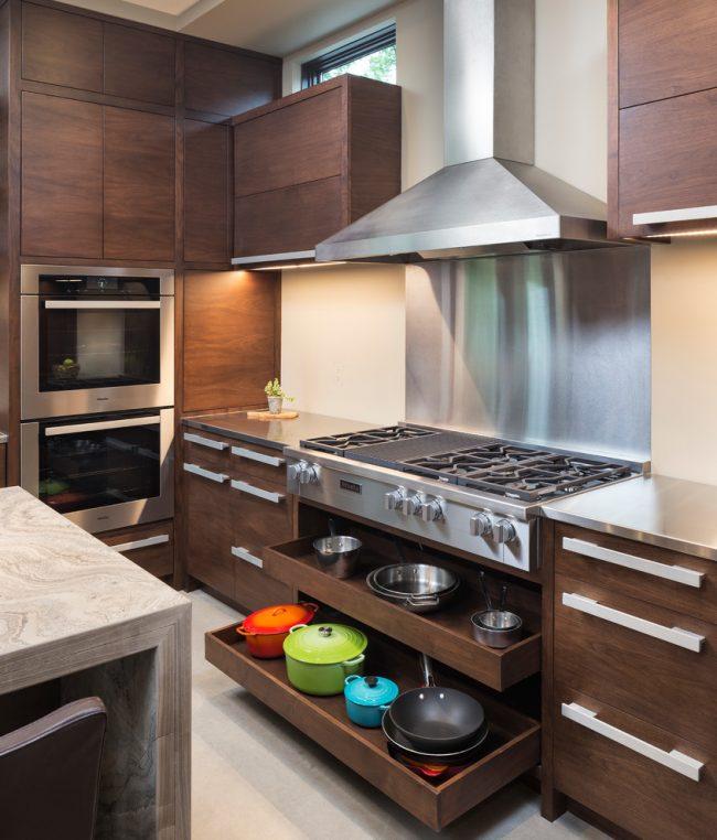 Идеальная кухня спланирована таким образом, чтобы после приготовлений и кушаний вся посуда свободно помещалась в шкафы