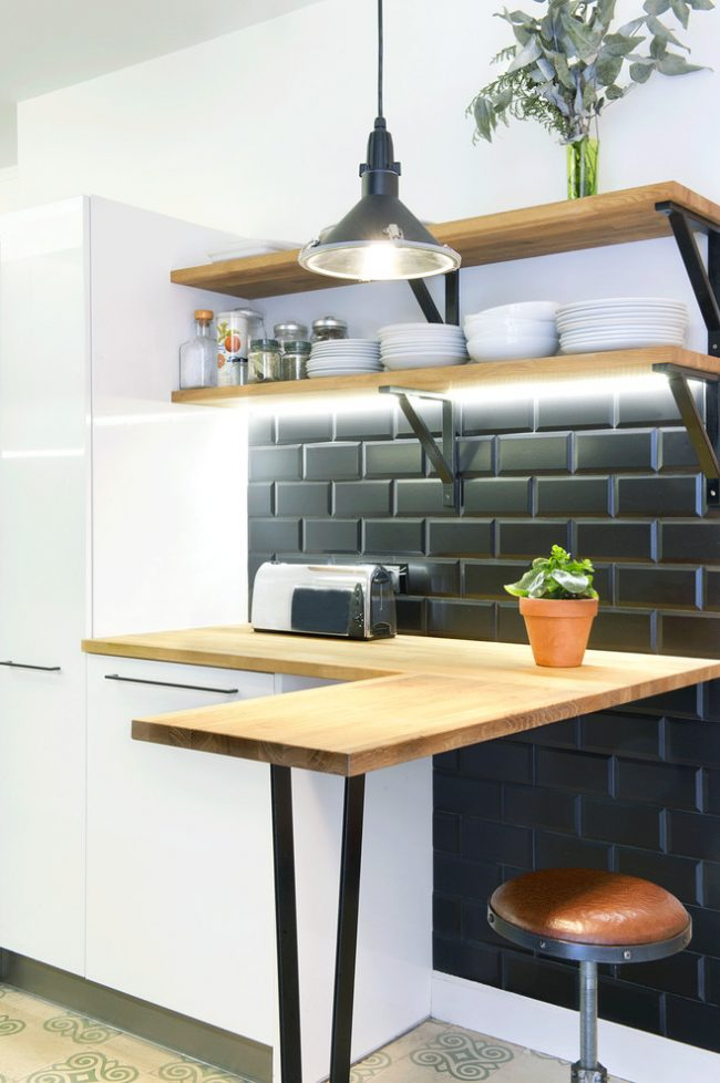 Контрастный прием освежит пространство малогабаритной кухни, привнесет в дизайн свою изюминку, а помещение при этом визуально не сузится