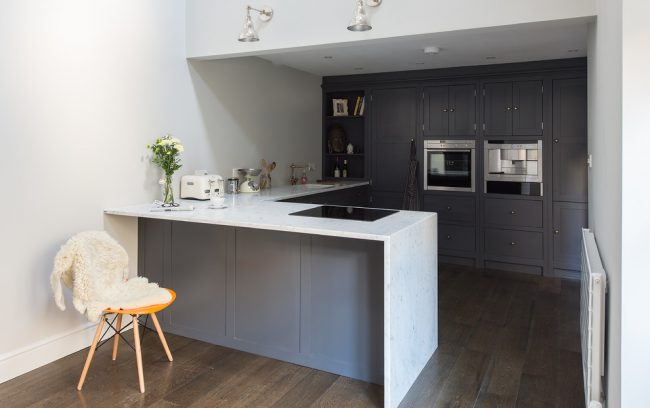 Даже небольшую кухню можно обустроить таким образом, чтобы места хватило не только на необходимый набор систем хранения и бытовой техники, но и размещения удобной обеденной зоны