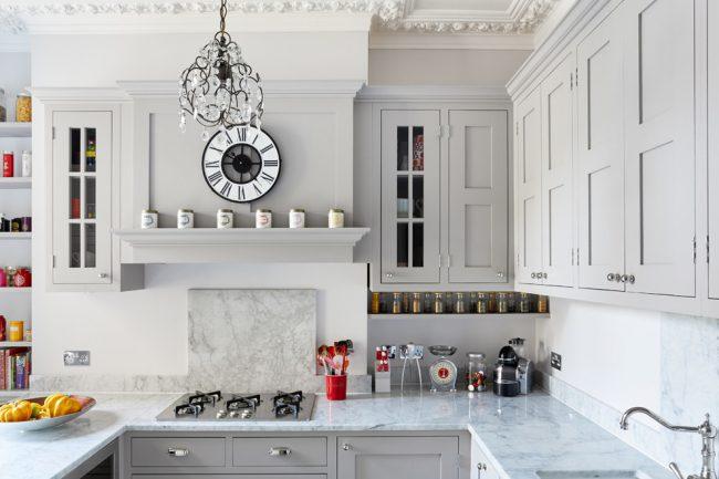 Отличным дизайнерским решением станет яркий акцент в освещении сделанный на люстру, важно выбрать оригинальную по дизайну модель, идеально гармонирующую с общим стилем кухни