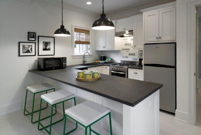 Владельцам небольших кухонь лучше всего отказаться от крупных узоров и рисунков на стенах, ведь они будут смотреться нелепо