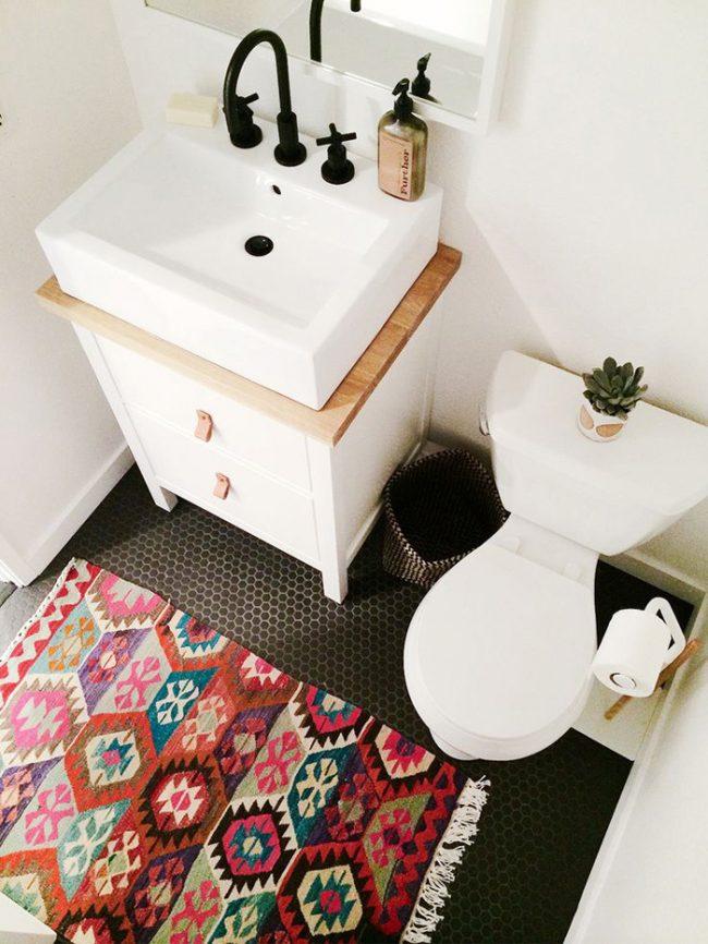 Светлый туалет с контрастной плиткой для пола