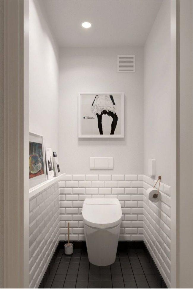Туалет в светлых тонах и контрастным полом зрительно кажется шире