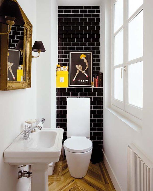Короткая стена, выделенная черной плиткой