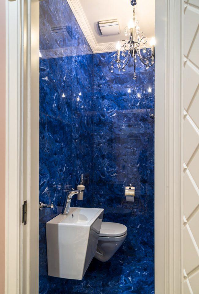 Светлая сантехника смотрится выигрышно с сочной синей плиткой