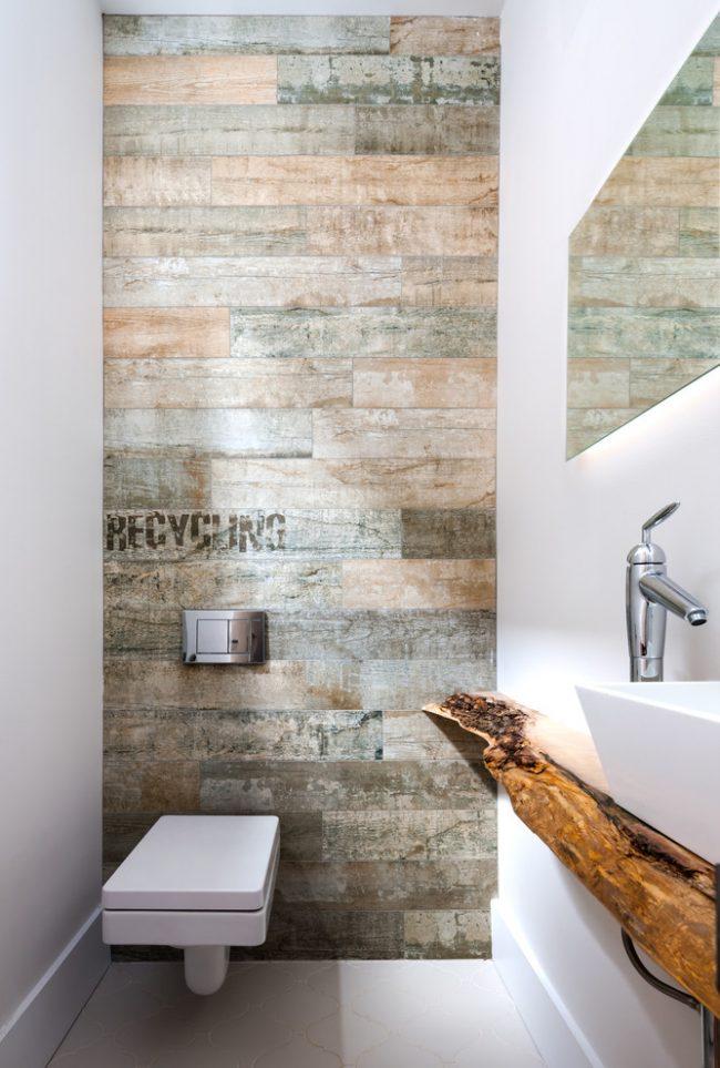 Туалет небольшого размера с декоративной столешницей из дерева под раковину