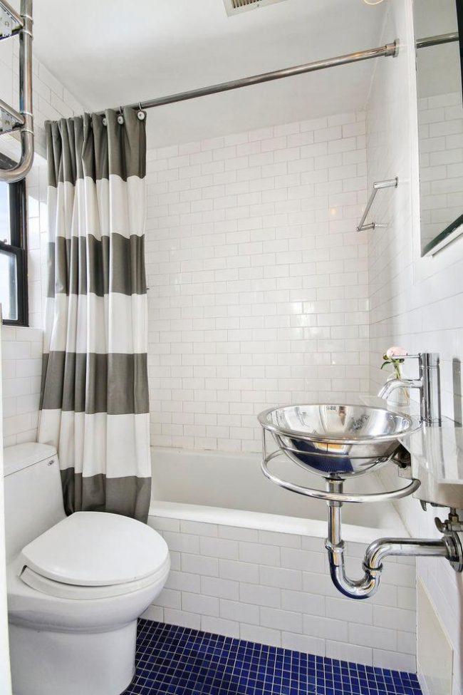 Небольшая ванная комната с элементами декора в стиле ретро