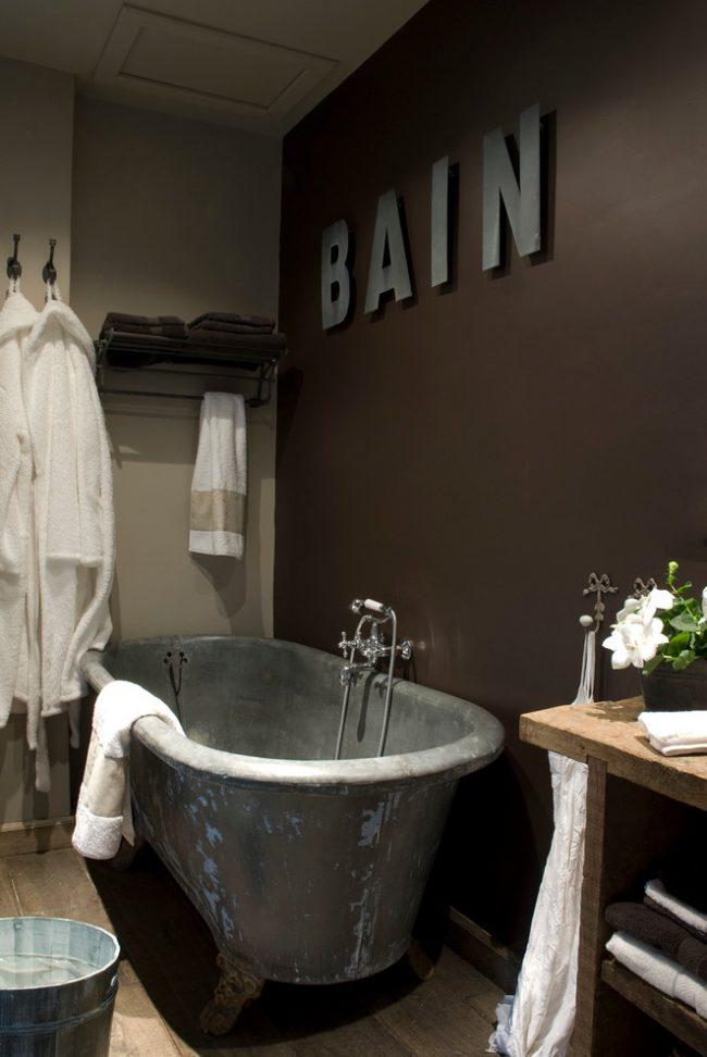 Комбинирование светлых оттенков с темными в провансовой ванной комнате