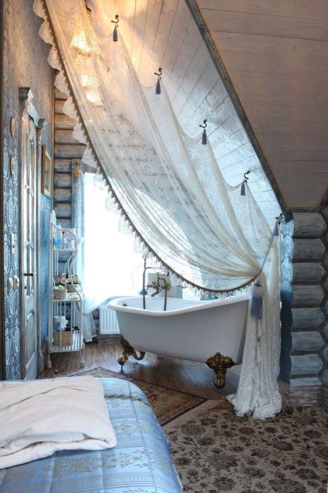 Нежны деревенский стиль ванной комнаты в дачном домике