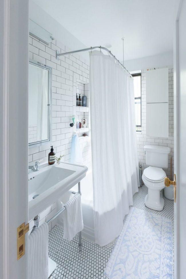 Белая маленькая ванная комната, оформленная в ретро стиле
