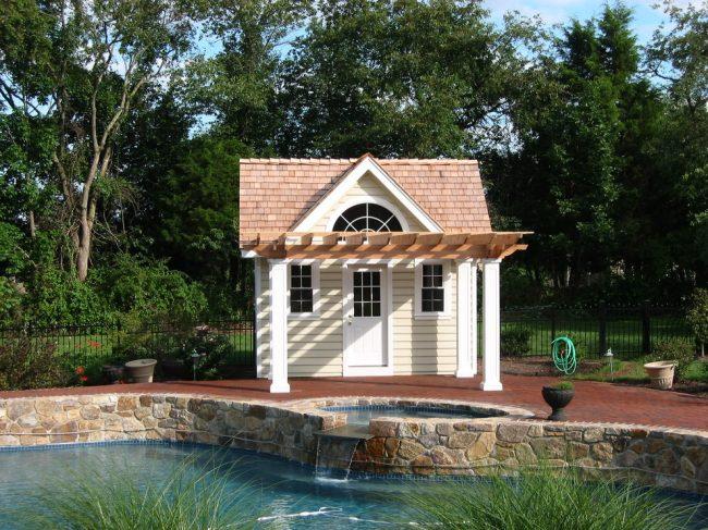 Дачный домик небольшой площади с мансардой