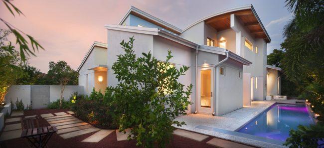 Красивый дизайнерский проект дома с несколькими мансардными комнатами