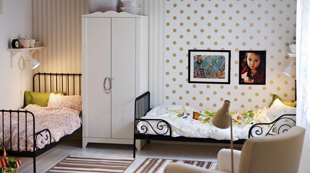 Зонирование спальных мест с помощью разных обоев и небольшого одежного шкафа