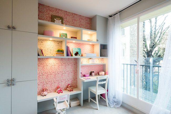 Встроенные шкафчики с рабочими местами в детской комнате с панорамным окном