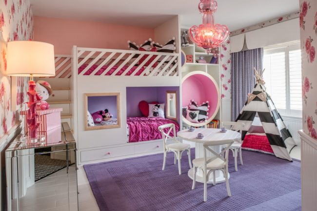 Модульная встроенная мебель в комнате девочек