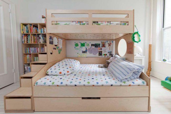 Двухэтажная кровать с открытыми и закрытыми полочками