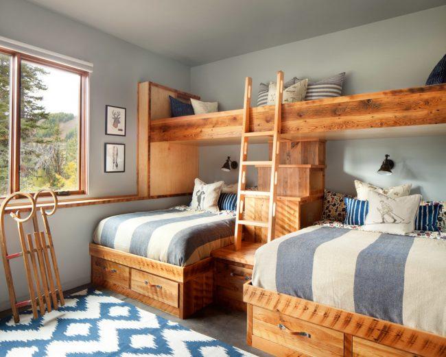 Корпусная двухярусная кровать со шкафчиками внизу