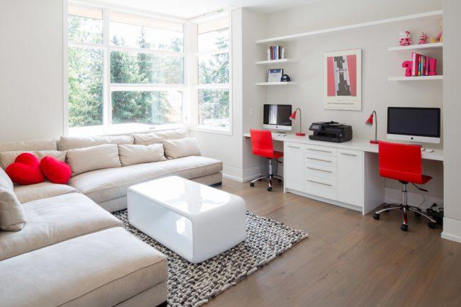 Встроенная мебель в светлой детской комнате