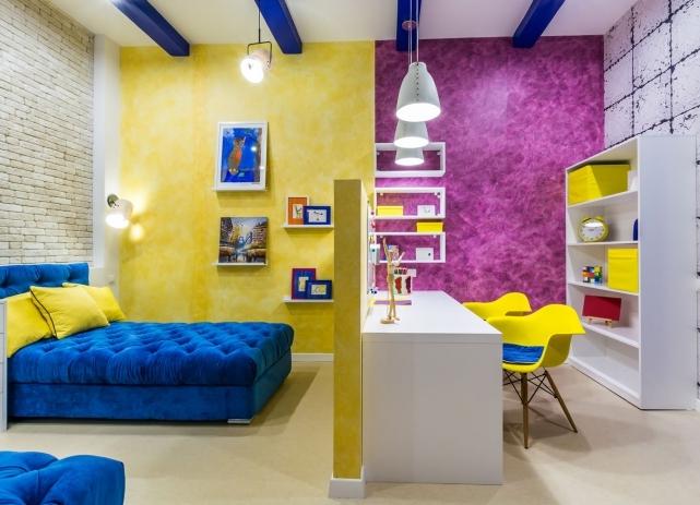 Яркая детская комната с цветовым разграничение зоны сна и рабочей зоны