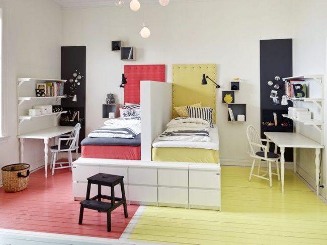Разделение детской комнаты цветом и небольшой перегородкой между кроватями