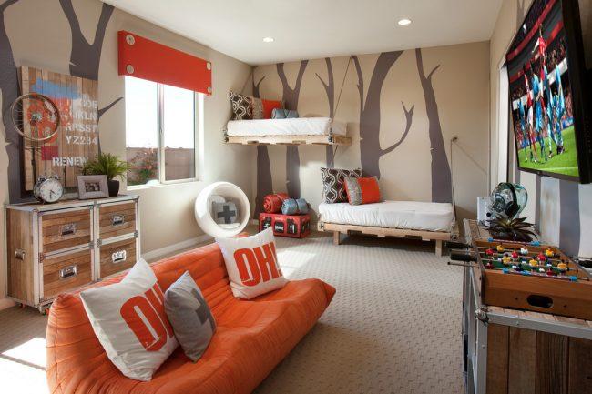 Разноуровневое расположение подвесных кроватей в комнате мальчишек