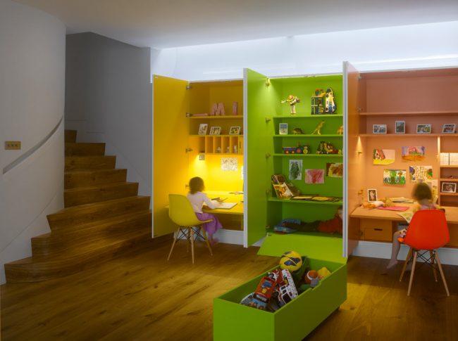 Рабочее место, которое прячется в шкафу и разграничивает пространство благодаря открытым дверцам
