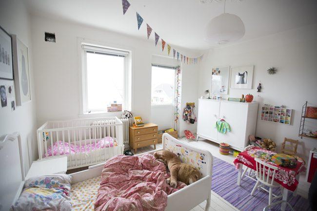 Светлая комната детей разного возраста