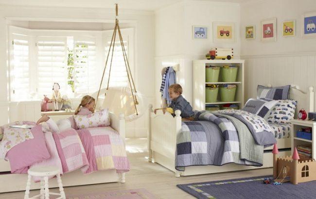Просторная детская комната с расположением кроватей друг напротив друга