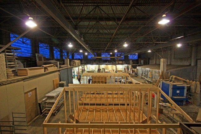 Цех сборки секций префабов (prefabricated housing - изготовление домов фабричным способом с последующей доставкой на место монтажа)