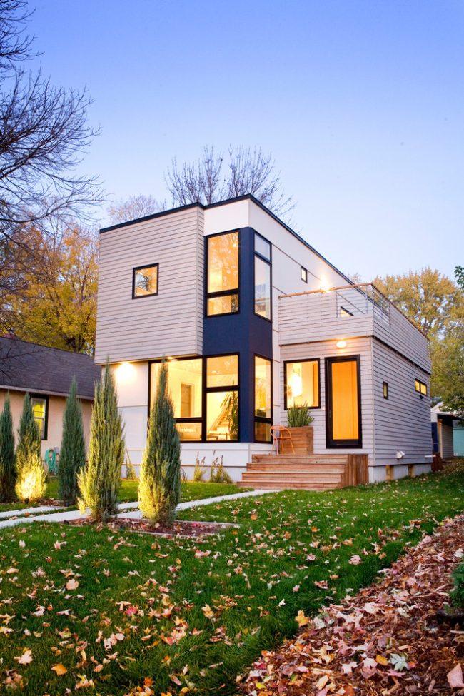 Виниловый сайдинг меняет облик дома настолько, что любые ассоциации с бытовками и дачными времянками становятся неуместными. А еще он абсолютно нетребователен в уходе