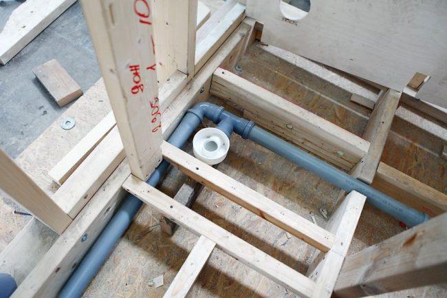 Пластиковые трубы водоснабжения и водоотвода и другие коммуникации скрытого монтажа устанавливаются еще на стадии фабричной сборки модуля