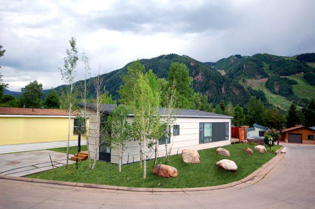 Компактный дом для постоянного проживания по одному из самых востребованных проектов Hive Modular (США) в горах Колорадо
