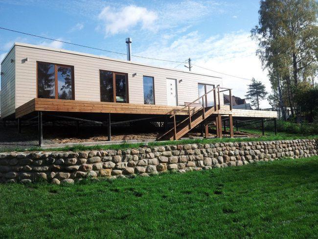 Дом с террасой на свайном фундаменте
