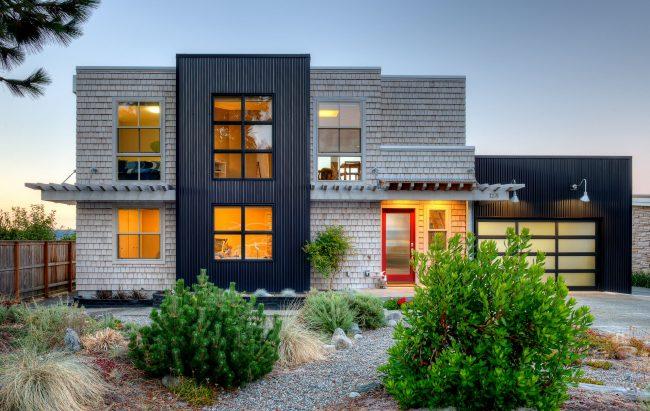 """Сайдинг """"под щепу"""" - стильный пример выбора облицовки двухэтажного дома из восьми секций"""