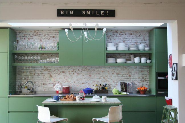 Если вы хотите кухню насыщенного выразительного цвета, но боитесь промахнуться с дизайном - выбирайте матовую поверхность фасадов