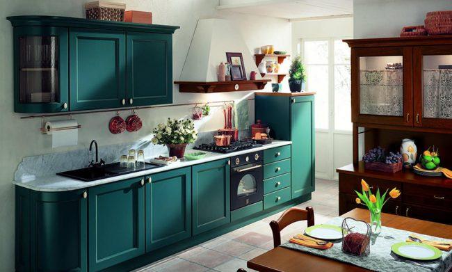 Сине-зеленый цвет рамочных фасадов напоминает о так называемой классической франкфуртской кухне