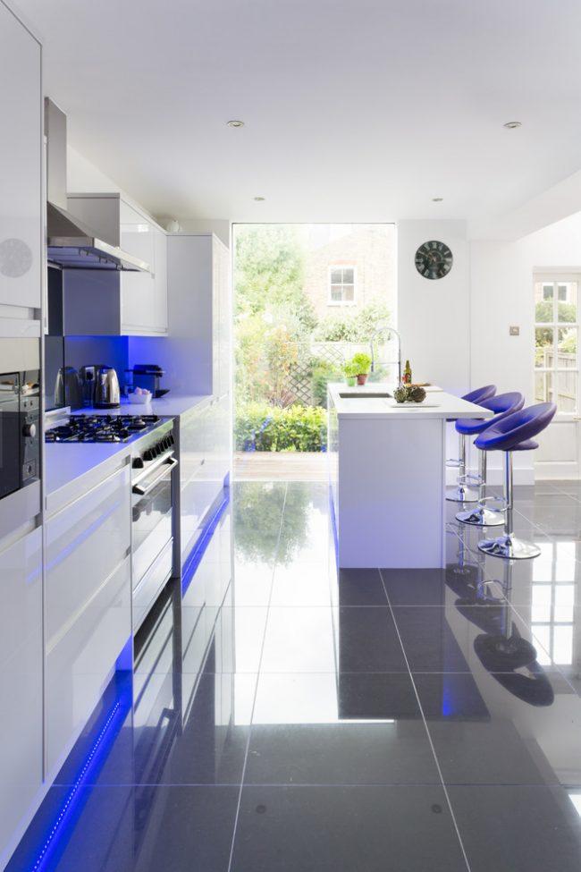 Пластиковые белые фасады кухни в стиле хай-тек