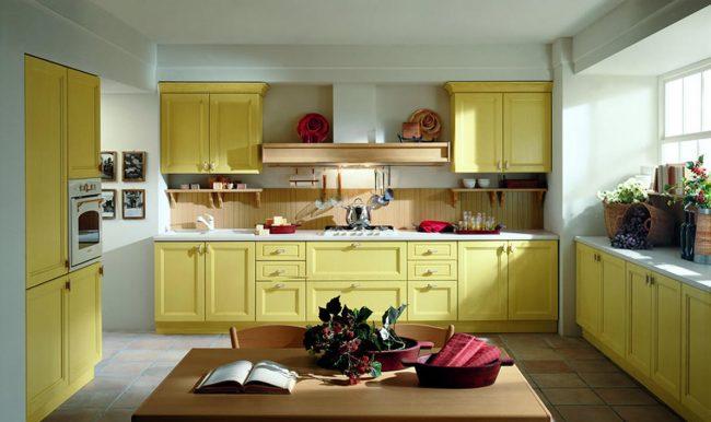 Пример симметричной компоновки модулей для классической кухни горчично-желтого цвета