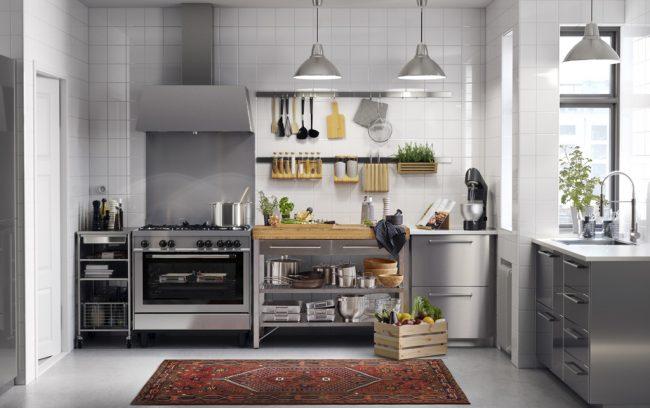 """Один из вариантов набора секций от Ikea. Этот шведский производитель, кроме прочих цветов фасадов, предлагает еще и металликовые серые """"под нержавеющую сталь"""""""