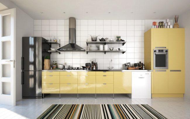 Кухня с пластиковыми фасадами в алюминиевой рамке на ножках. У этого бюджетного варианта есть существенный плюс: регулярная уборка пола требует заметно меньше усилий