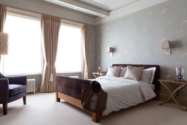 Оформление стен спальни английского стиля: пастельный нежно-голубой оттенок для обоев с принтом в виде ласточек
