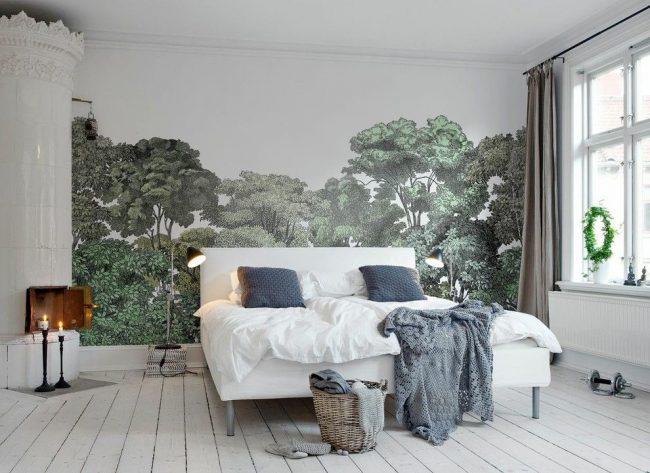 Художественный растительный сюжет обоев на центральной стене спальной комнаты