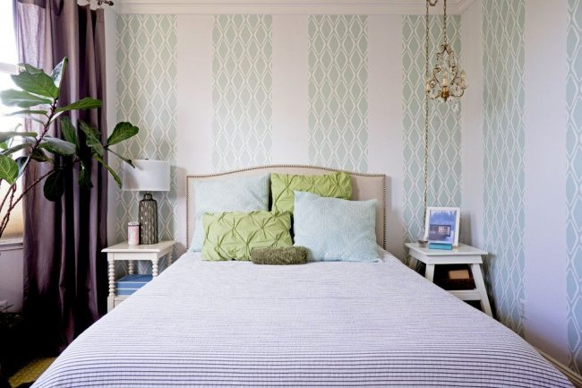 Полосы и ромбы – популярные принты для обоев в английском стиле, предназначенные для оформления спальни