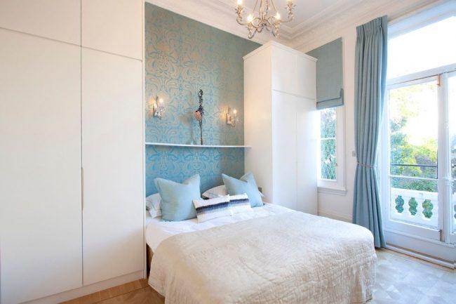 Голубые узорчатые обои с перламутровым отливом для спальной области в интерьере английского стиля