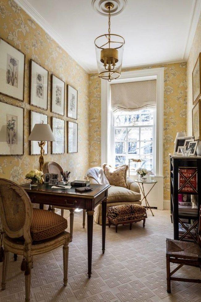 Элегантный домашний кабинет в английском стиле. Обои с цветочным принтом не создают тяжести в интерьере